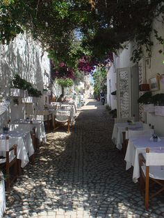 Streetside restaurants in Alaçatı, Turkey (by asliboduroglu).