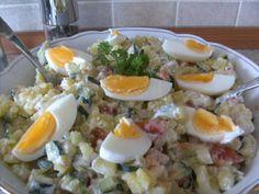 Brambory oloupeme a nakrájíme na kostičky,nakrájíme ostatní zeleninu také na kostičky,osolíme, opepříme, přidáme olivový olej a bílý jogurt,vejce...