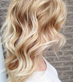 Un balayage blond sur des cheveux très clairs