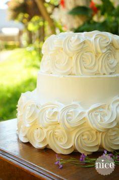 Torta de novios de tres pisos, decoración en merengue suizo