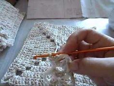 Esta bolsa é muita bonita e fácil de fazer, pois é feita a partir de 8 quadrados iguais de crochê. Siga este passo a passo e faça a sua bolsa na cor de sua p...