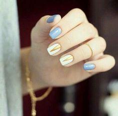 """- """"Azul pastel y dorado en tus uñas"""""""