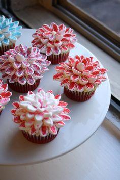 Super easy Marshmallow Chrysanthemums cupcake decoration!!! http://omnivorus.com/