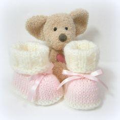 Chaussons bébé tricotés main en rose et écru taille 0/3 mois Tricotmuse : Mode Bébé par tricotmuse