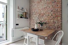 Ściana z czerwonej cegły w kuchni z białymi krzesłami i drewnianym stołem Scandinavian Interior Design, Scandinavian Apartment, Exposed Brick, Interior Exterior, Dining Area, Dining Corner, Home Kitchens, Kitchen Remodel, Kitchen Design