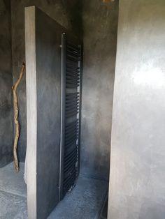 Tadelakt badkamer radiator antracite vloeren