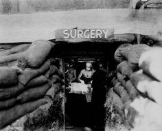 Un cirujano americano trata a un soldado alcanzado por un francotirador japonés, Bouganville, 13 de diciembre de 1943