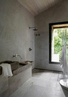 baño revestido en piedra natural