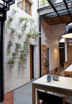 Una casa chorizo convertida en un cálido espacio de trabajo - Living - ESPACIO LIVING
