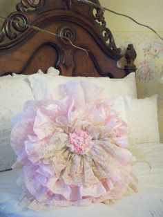 Wow what a beautiful headboard and shabby chic pillow. Shabby Chic Pillows, Shabby Chic Crafts, Vintage Crafts, Diy Pillows, Shabby Chic Decor, Decorative Pillows, Throw Pillows, Lace Pillows, Estilo Shabby Chic