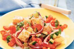 1 ciabatta (oudbakken)   2 eetlepels rode wijnazijn   4 trostomaten (in stukjes)   1/2 komkommer (in blokjes)   1 kleine rode ui (in halve ringen)   1 zakje verse basilicum (15 g, grofgescheurd)   4 eetlepels olijfolie extra vierge