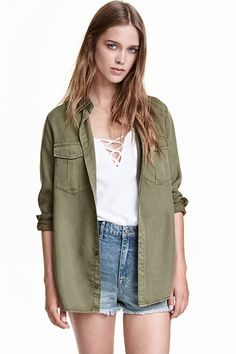 It's easy to look casual with a button-up shirt. H&M has some options with its utility shirt. Part of its Conscious line, the top is made from Tencel lyocell… Sequins And Stripes, Fall Outfits, Fashion Outfits, Fall Fashion, Classic White Shirt, Sustainable Clothing, Sustainable Style, Casual T Shirts, Stylish Dresses