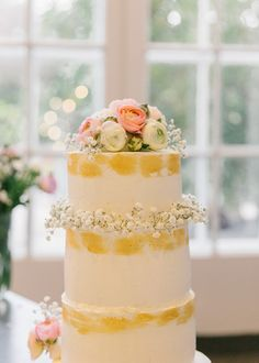 rustic romantic wedding cake 3 baby's breath and ranunculus