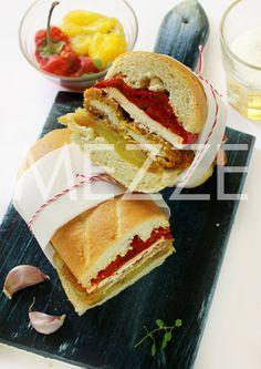 Sendviči sa pohovanim mesom, pečenom paprikom i fetom