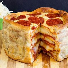 Do you like pizza? Why not enjoy a delicious pizza cake! Pepperoni Recipes, Pizza Recipes, Cooking Recipes, Party Finger Foods, Snacks Für Party, Pizza Legal, Pizza Cool, Good Food, Yummy Food