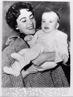 news photo Elizabeth Taylor and her 8 month old son 1149-06