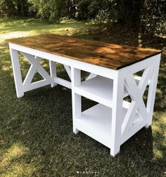 DIY Farmhouse Desk plans that will make your home office pop! Need an office farmhouse desk to spice up the home office? These DIY Desk Plans will make your office come to life. Diy Wood Desk, Rustic Desk, Diy Desk, Corner Desk Diy, Rustic Office Desk, Woodworking Furniture Plans, Diy Furniture Plans Wood Projects, Diy Woodworking, Woodworking Machinery