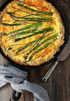 This delicious Hashbrown Crust Asparagus Quiche is a twist on the traditional, with shredded potatoes replacing the typical pastry crust. Breakfast Quiche, Breakfast Dishes, Breakfast Recipes, Dinner Dishes, Brunch Dishes, Breakfast Time, Breakfast Casserole, Quiche Recipes, Brunch Recipes