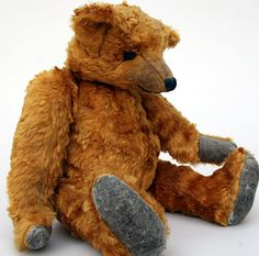 Long arms, long snout, long mohair and humped back bring great character to this old bear. Old Teddy Bears, Antique Teddy Bears, My Teddy Bear, Antique Toys, Vintage Toys, Love Bear, Bear Doll, Old Dolls, Plush