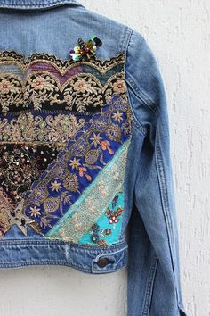 Boho inspira bordados pantalones vaqueros chaqueta / apliques Vintage indio parche /Handmade reelaborado Jean chaqueta pequeño - Jeans Jacket - Ideas of Jeans Jacket - Boho Inspired Embroidered Jeans Jacket / Vintage Indian Patch Denim Fashion, Look Fashion, Fashion Blouses, Diy Kleidung Upcycling, Jean Diy, Jean Jacket Outfits, Jacket Jeans, Diy Vetement, Mode Jeans