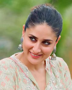 Kareena Kapoor enjoyed a day at the farm and the pictures scream all the fun she had ! Bollywood Actress Hot Photos, Indian Bollywood Actress, Indian Actresses, Indian Celebrities, Bollywood Celebrities, Kareena Kapoor Pics, Karena Kapoor, Most Beautiful Indian Actress, Beauty Full Girl