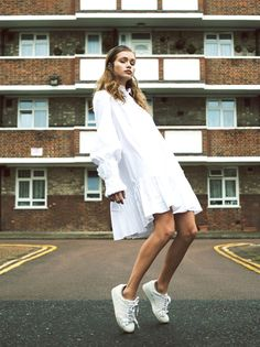 Jeune fille en ample robe blanche