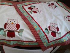 kit de cozinha confeccionado em brim 100% algodão, com acabamento em tecido 100% algodão, bordado em patchcolagem, vendo as peças separadamente, com cores e motivos variados, estampas podem variar.