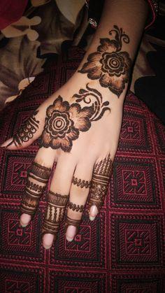 hennainspiration hennapengantin inaipengantin hennainspire hennadesigns hennawedding bridalhenna hennasimple hennaartist hennatattoo hennadesign hennamaroon hennamurah whitehenna 0554760668 Henna artist in Dubai can find Mehndi and more on our website Finger Henna Designs, Arabic Henna Designs, Mehndi Designs For Girls, Stylish Mehndi Designs, Unique Mehndi Designs, Beautiful Mehndi Design, Latest Mehndi Designs, Bridal Mehndi Designs, Henna Tattoo Designs
