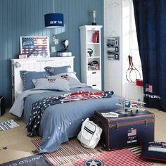 déco-chambre-ado-couleurs-murs-effet-bois-bleus-blancs-rideaux-bleu-foncé-tapis-rayures-rouges-blanches déco chambre ado