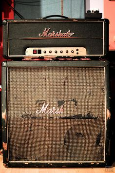 The Marshall sound pierces your ears. - The Marshall sound through . - The Marshall sound pierces your ears. – The Marshall sound penetrates your ears. Ukulele, Guitar Rig, Guitar Pedals, Cool Guitar, Bass Guitars, Radios, Jimi Hendrix, Marshall Amplification, Jim Marshall