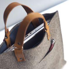 Felt and Leather Macbook Bag Original design by Byrd & Belle. Macbook Bag, Diy Sac, Leather Projects, Clutch, Leather Craft, Leather Bags, Leather Backpacks, Handmade Leather, Leather Handle