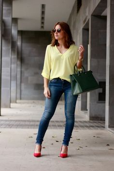 jeans denim amarillo yellow look street style verde green rojo red heels zapatos rojos carolina toledo Night Outfits, Sport Outfits, Spring Outfits, Casual Jeans, Casual Outfits, Fashion Outfits, Red Heels Outfit, Red Shoes, Shoes Heels