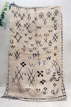 MOROCCAN VINTAGE AZILAL RUG {#ME15-15} THE AZILAL, before the 80s, was created almost exclusively from brown undyed wool on a cream background. Clear