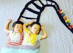 Sleeping-japanese-twins-mom-dress-up-kids-photography-ayumiichi