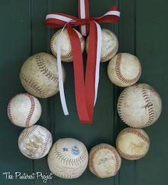 Corona para puerta hecha con pelotas de beisbol