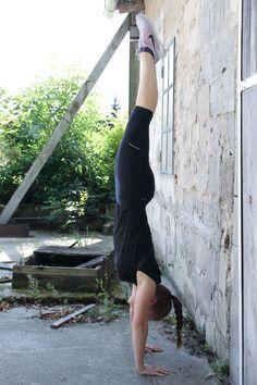 Handstand-lernen-so-einfach-gehts-Handstand-gegen-die-Wand-halten -Learn-so-easy-goes-handstand-on-the-wall hold handstand Fitness Workouts, Fitness Workout For Women, Fun Workouts, Yoga Fitness, At Home Workouts, Fitness Models, Fitness Motivation, Health Fitness, Yoga Handstand