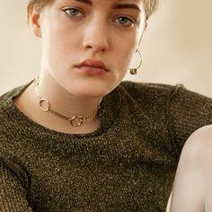 Gloria Ohrring kombiniert mit der Chloe Choker von Justine Clenquet.