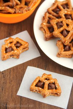 Chocolate Pretzel Batwiches -- only 2 ingredients 10 minutes to make these cute Halloween treats! Cute Halloween Treats, Halloween Desserts, Halloween Ideas, Halloween Party, Halloween Foods, Halloween Recipe, Fall Recipes, Holiday Recipes, Snack Recipes