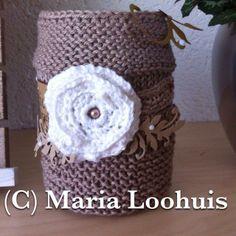 Glazen potje gepimpt met een zelfgebreid 'jasje' en zelfgehaakte bloem