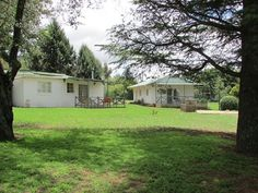 Casa Cottage - Casa Cottage is a two bedroom cottage that is equipped with a double bed and the other bedroom is equipped with two single beds. We have a braai facility.They share a bathroom which consist of shower, .