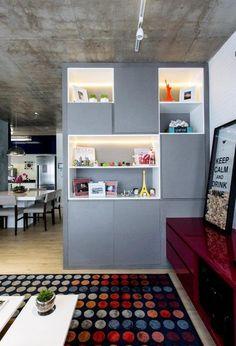 Decoração de apartamento pequeno: Móveis coloridos se destacam em projeto com cimento queimado