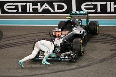 GP Abu Dhabi Rosberg congrats his car just after winning the 2016 Championship. Amg Petronas, Nico Rosberg, Formula 1 Car, Motosport, F1 Drivers, Expensive Cars, F 1, Mercedes Amg, Grand Prix