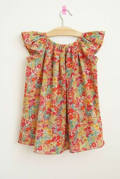By Brind de mimosa: Robe Patron Marie de Citronille variante manche papillon, liberty Margareth Annie chez Cousette - this site has the most adorable patterns, fabrics,.Take a look. Toddler Outfits, Kids Outfits, Cute Outfits, Baby Girl Fashion, Kids Fashion, Little Girl Dresses, Girls Dresses, For Elise, Baby Dress Design