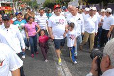 El gobernador Javier Duarte de Ochoa arribando a la VI Caminata de Adultos Mayores acompañado de sus hijos Javier y Carolina