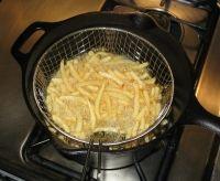 Friture sans odeurs et sans éclaboussures - Voici une astuce toute simple pour atténuer en grande partie l'odeur de friture qui envahit la cuisine et se répand aux autres pièces de la maison : - Mettez une branche de persil frais dans votre huile chaude. En plus d'atténuer les odeurs de friture, cela permettra également d'éviter les éclaboussures.