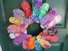 Flip flop wreath for the summer looks so cute on your front door