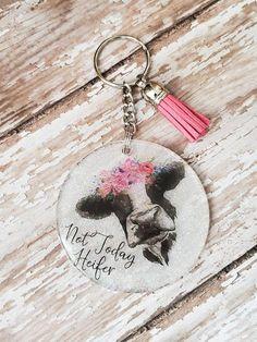 Diy Resin Keychain, Acrylic Keychains, Cute Keychain, Keychain Ideas, Luggage Backpack, Keychain Design, Diy Resin Crafts, Craft Show Ideas, White Glitter