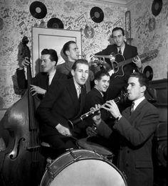 Robert Doisneau. Orchestre de Claude Abadie - Boris Vian à la trompette Alain Vian à la batterie Lelio Vian à la guitare  1945
