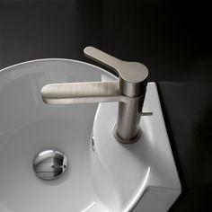 Les lignes épurées et bien définies de ce mitigeur lavabo à poser en nickel brossé de la collection KLAB de Treemme sont une parfaite combinaison de tradition et d'innovation pour un espace contemporain. KLAB se décline en mitigeurs pour lavabo à poser ou à encastrer, mitigeurs lave-mains, mitigeurs bain-douche, mitigeurs de douche apparents ou encastrés, pommes de douche et colonnes de douche. Les mitigeurs de la collection KLAB sont fabriqués en laiton chrome, nickel brossé, noir et blanc.
