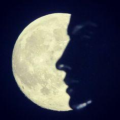 La luna llena se eleva detrás de una cara del monumento de la Patria en Kiev, Ucrania. El fenómeno #supermoon se establece para llenar el cielo el 23 de junio y se verá el 14 % más grande y 30 # más brillante de lo normal, que es la máxima aproximación a la Tierra. Esta luna llena es la luna llena más cercana y la más grande del año.  Foto:EFE